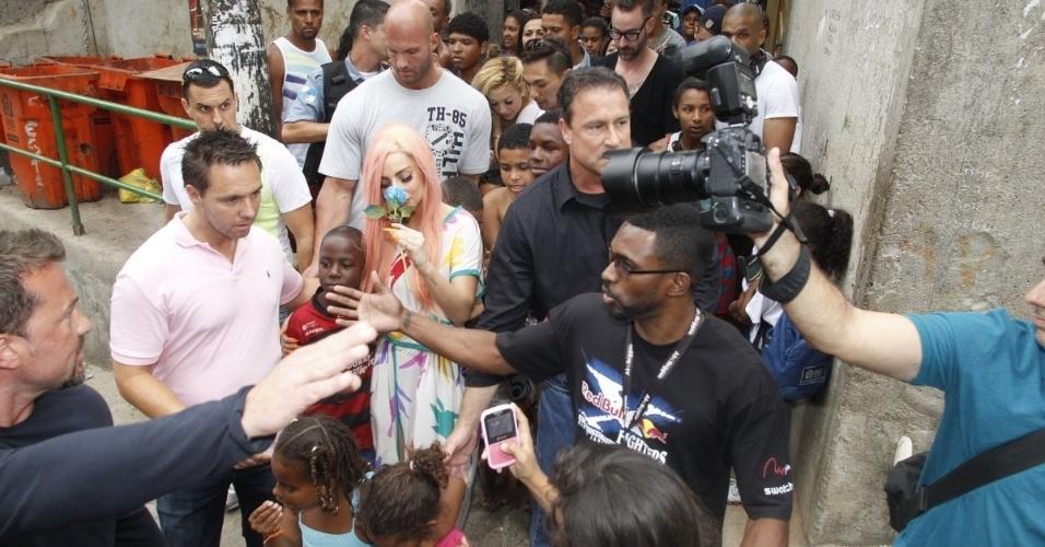Cercada de crianças e jornalistas, Lady Gaga passeia pelo Morro do Cantagalo, comunidade pacificada do Rio de Janeiro (8/11/12)