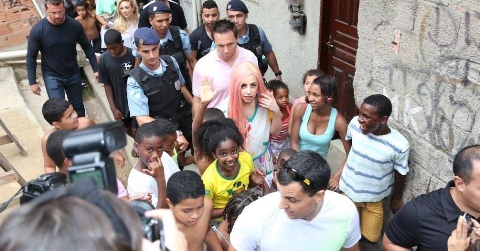 Cercada por moradores, Lady Gaga passeia pelo Morro do Cantagalo. A cantora esteve na comunidade pacificada, localizada na Zona Sul do Rio de Janeiro para cantar com algumas crianças do Espaço Criança Esperança (8/11/12)