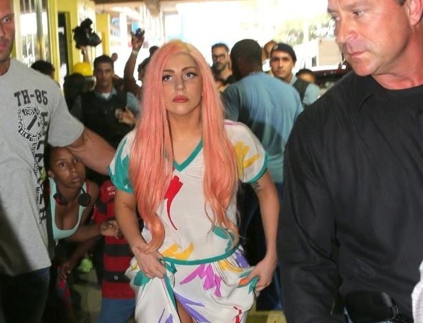 Cercada por moradores, Lady Gaga passeia pelo Morro do Cantagalo. A cantora esteve na comunidade pacificada, localizada na Zona Sul do Rio de Janeiro, para cantar com algumas crianças do Espaço Criança Esperança (8/11/12)
