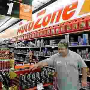 Cliente em loja da AutoZone nos Estados Unidos - AP