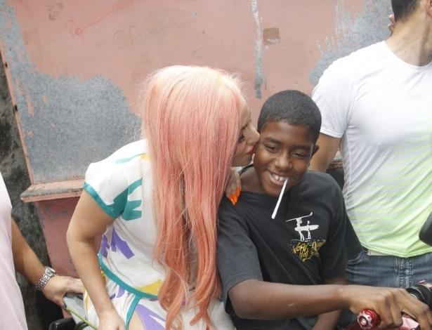 Durante sua passagem pelo Rio de Janeiro, a cantora Lady Gaga visitou a comunidade do Morro do Cantagalo, na zona Sul da cidade (8/11/12)