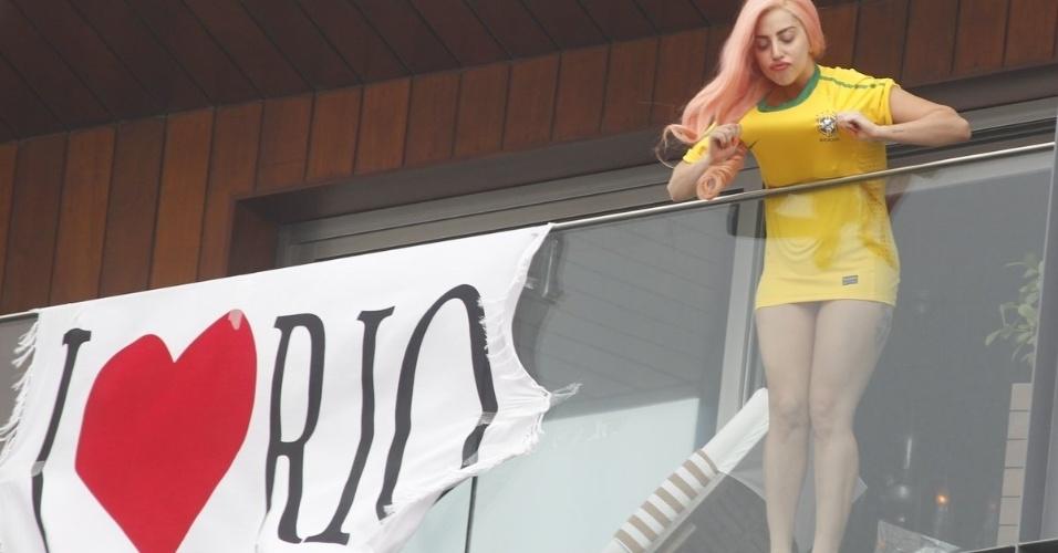 Em seu segundo dia no Rio de Janeiro, Lady Gaga só  apareceu para os fãs durante a tarde. Usando uma camisa da seleção brasileira de futebol, a cantora acenou e mandou beijos para os fãs (8/11/12)
