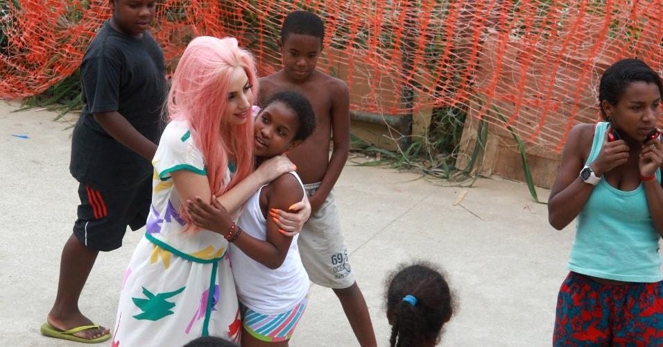 Lady Gaga abraça garota moradora do Morro do Cantagalo, comunidade pacificada do Rio de Janeiro (8/11/12)