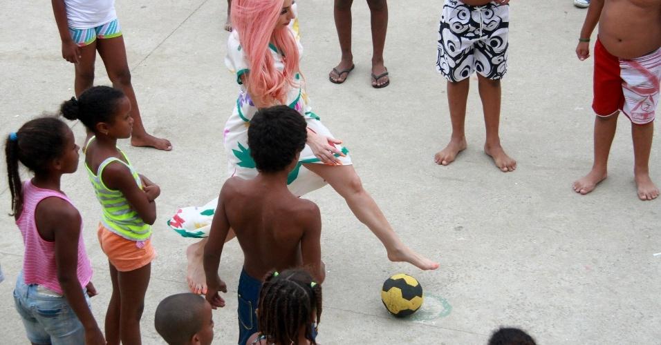 Lady Gaga joga futebol com crianças no Morro do Cantagalo, comunidade pacificada do Rio de Janeiro (8/11/12)