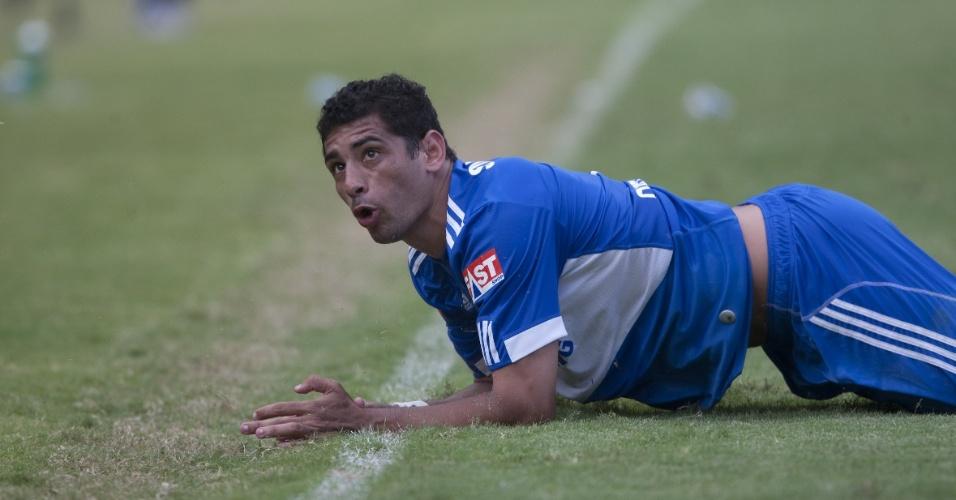 Meia Diego Souza foi um dos que reclamou com Simon assim que Obina teve seu gol anulado