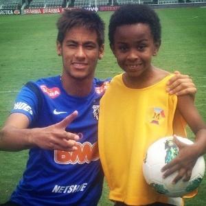 """Neymar postou em seu Facebook uma foto ao lado do ator Jean Paulo Campos, que interpreta Cirilo na novela """"Carrossel"""" (08/11/2012)"""