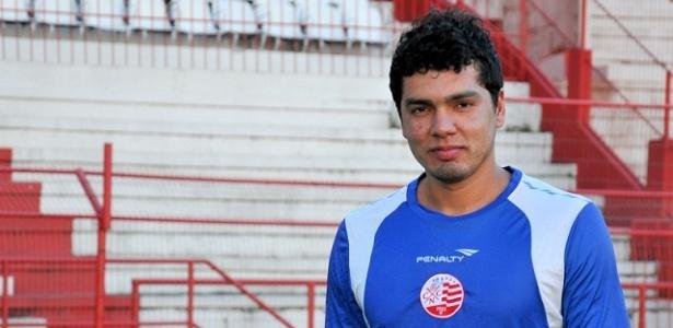 O goleiro Felipe posa para foto durante treinamento do Náutico