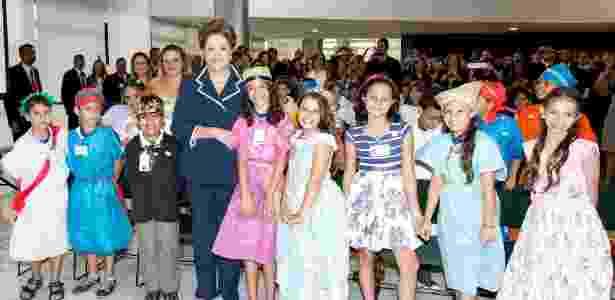 Presidente Dilma Rousseff posa para foto com alunos durante cerimônia de lançamento do Pacto Nacional pela Alfabetização na Idade Certa - Roberto Stuckert Filho/Presidência da República