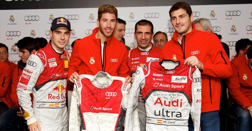 Sergio Ramos (2ª esq. p/ dir.) e Iker Casillas (1º dir.) ganharam macacões usados pelos pilotos da Audi