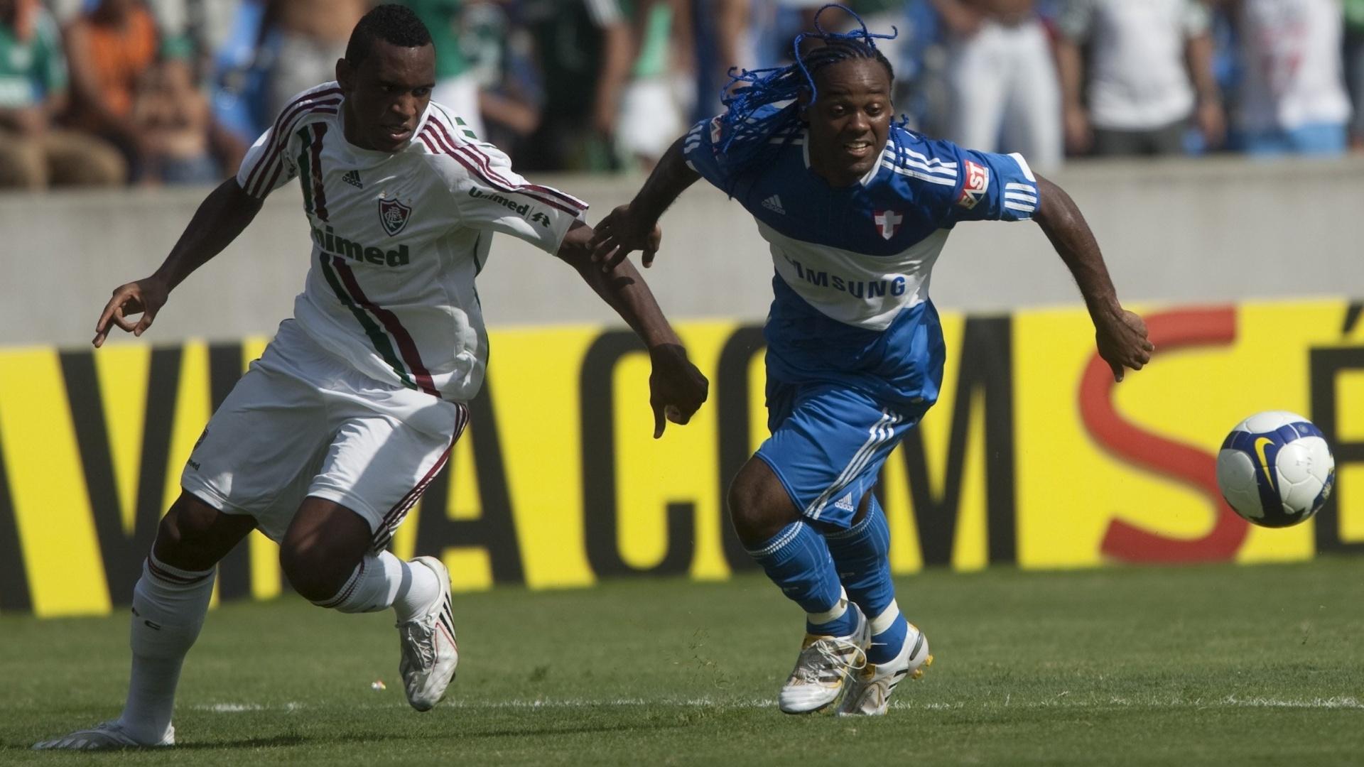 Vagner Love briga por bola em jogo polêmico entre Palmeiras e Fluminense