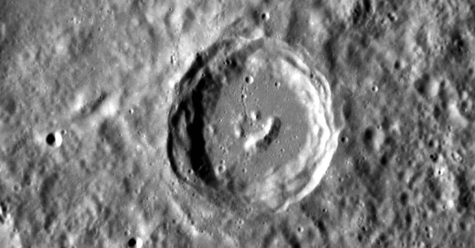 """9.nov.2012 - A sonda Messenger, que orbita Mercúrio há cerca de um ano, fez novas fotografias da superfície do planeta e encontrou formações rochosas no centro de uma cratera que lembram uma """"carinha feliz"""". A finalidade desta missão, segundo a Nasa (Agência Espacial Norte-Americana), é registrar dados que ajudem a explicar melhor a composição e a formação deste pequeno planeta"""