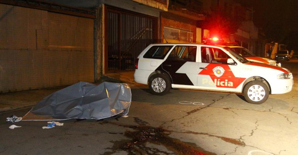 9.nov.2012 - Corpo de homem morto a tiros na rua Alfonso Albuquerque, na zona sul de São Paulo (SP)