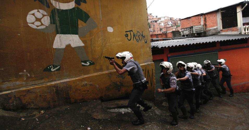 9.nov.2012 - Equipe de policiais militares patrulham favela no bairro da Brasilândia, na zona norte de São Paulo, durante uma operação saturação realizada após uma série de ataques a policiais, ônibus e pessoas, em geral, ocorridos nesta semana