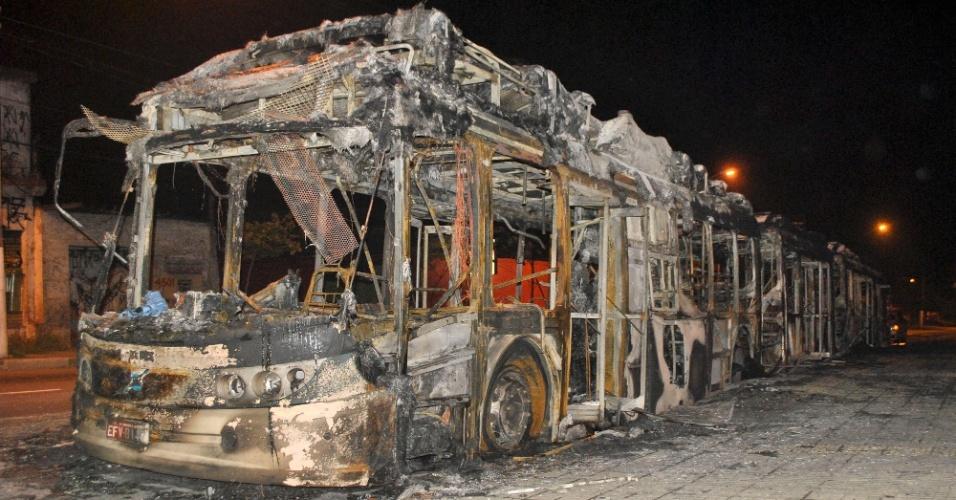9.nov.2012 - Grupo de criminosos incendiaram um ônibus biarticulado