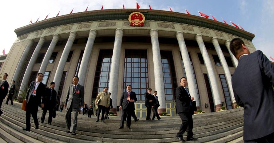 9.nov.2012 - Participantes do congresso do Partido Comunista Chinês saem do Grande Palácio do Povo, nesta sexta-feira (9), segundo dia do encontro, em Pequim (China). O evento, que acontece a cada dez anos, é para anunciar os novos dirigentes do país e do partido. A transição acontece em março de 2013, na sessão anual do partido