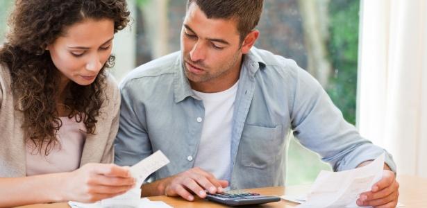 Especialista aconselha determinar um dia e horário fixos por semana ou por mês para tratar das finanças - Thinkstock