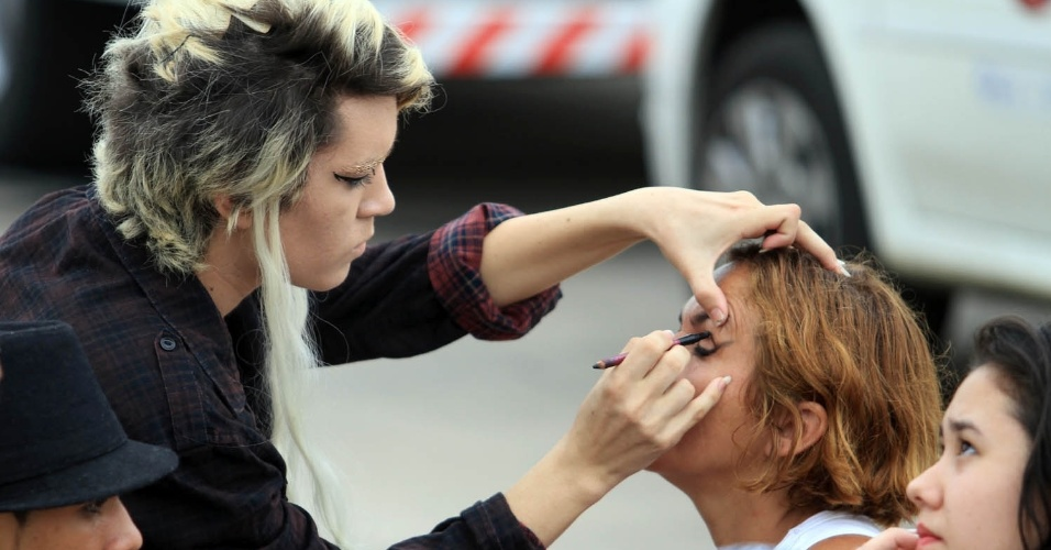 Com os rostos pintados, fãs de Lady Gaga esperam abertura dos portões do Parque dos Atletas (9/11/12)