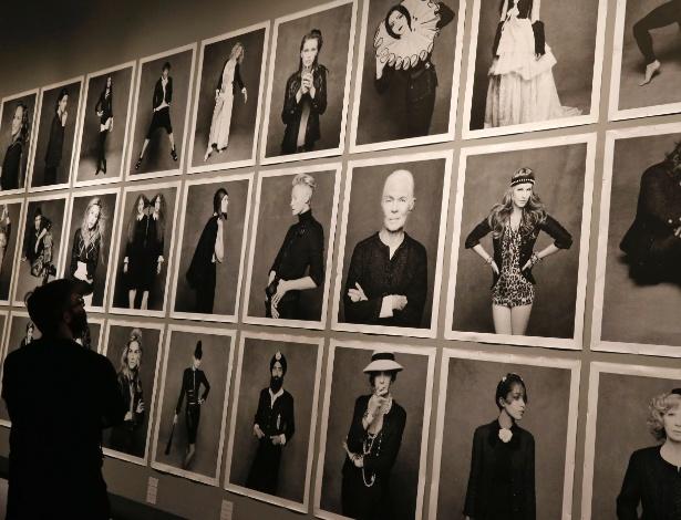 """Exposição """"Little Black Jacket"""", com fotos de celebridades vestindo a famosa jaqueta preta de Chanel, em Paris (8/11/2012) - Benoit Tessier/Reuters"""