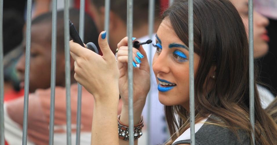 Fã de Lady Gaga faz maquiagem na fila do show de Lady Gaga, no Parque dos Atletas (9/11/12)