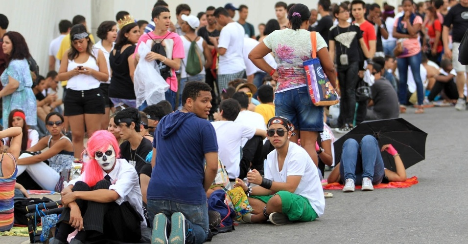 Fãs aguardam na fila do show da cantora Lady Gaga, no Parque dos Atletas, no Rio de Janeiro (9/11/12)