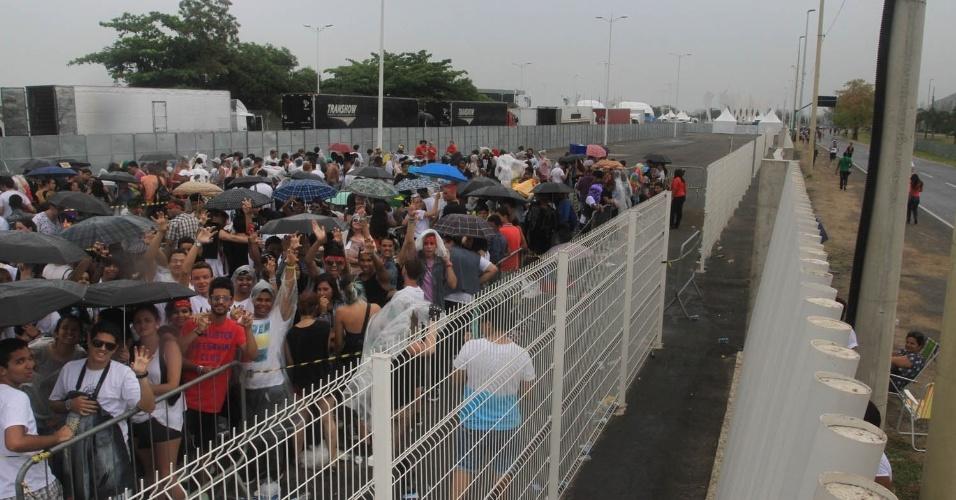 Fãs de Lady Gaga aguardam abertura dos portões do Parque dos Atletas embaixo de chuva. O show, que acontece nesta sexta no Rio de Janeiro, é o primeiro da turnê brasileira, que ainda viaja para São Paulo e Porto Alegre (9/11/12)