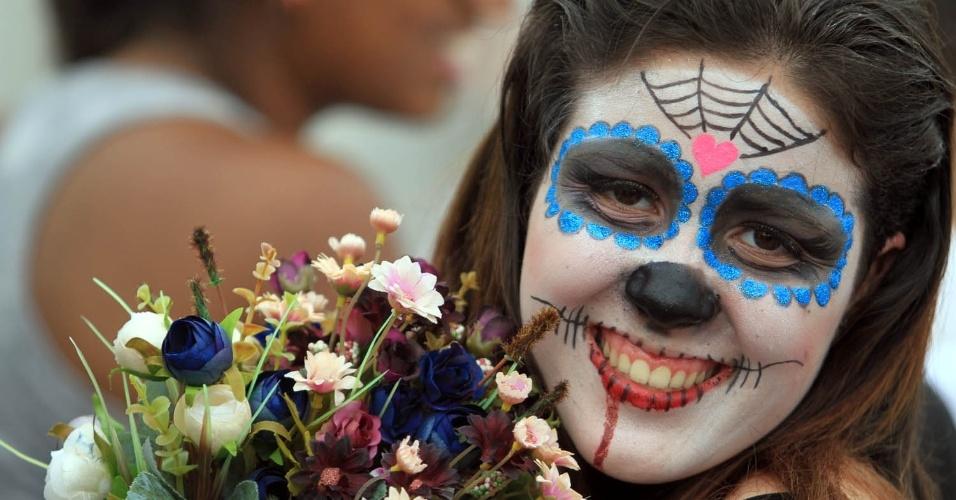 Na fila no Parque dos Atletas, no Rio, Luana Oliveira mostra a maquiagem que fez especialmente para o show de Lady Gaga (9/11/12)