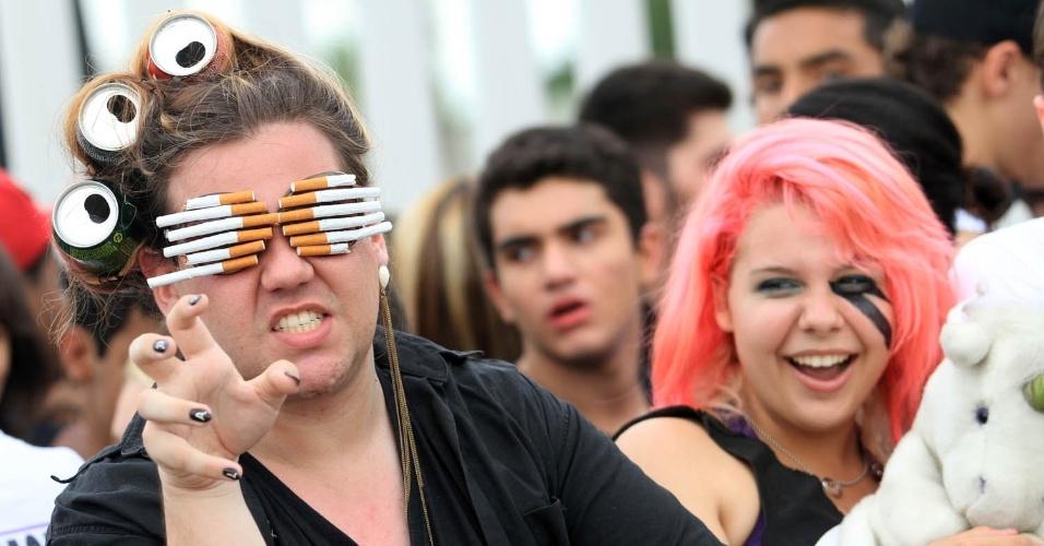 Fãs de Lady Gaga usam criatividade na fila do show da cantora, no Parque dos Atletas, no Rio de Janeiro (9/11/12)
