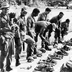 """Imagem cedida pelo jornalista Edílson Martins mostra as ossadas dos 11 mortos que integravam a missão comandada pelo padre João Calleri, realizada em 1968 com o objetivo de """"amansar"""" os waimiris-atroaris - Arquivo/Programa Waimiri-Atroari"""