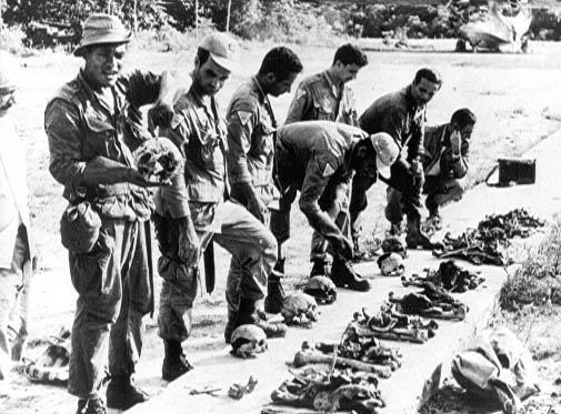 """Imagem cedida pelo jornalista Edílson Martins mostra as ossadas dos 11 mortos que integravam a missão comandada pelo padre João Calleri, realizada em 1968 com o objetivo de """"amansar"""" os waimiris-atroaris"""