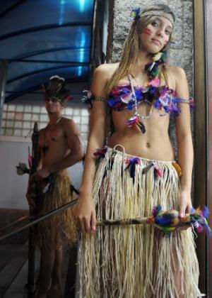 Vestidos de índios, Jéssica Leandro e Flavio Azevedo recepcionavam os convidados (8/11/2012) - Reinaldo Canato/UOL