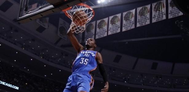 Kevin Durant, do Oklahoma City Thunder, voa para marcar mais dois pontos contra o Chicago Bulls