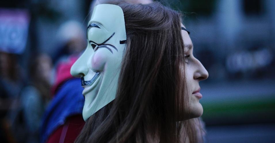 13.out.2012 - Mulher com a máscara de Guy Fawkes participa de protesto contra medidas de austeridade do governo e o pagamento público de dívidas de bancos em Madri, na Espanha