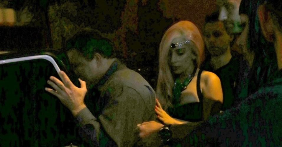 Vestida com uma saia que imita uma calda de sereia, Lady Gaga sai para jantar no restaurante e churrascaria Porcão, no Rio de Janeiro (8/11/12)
