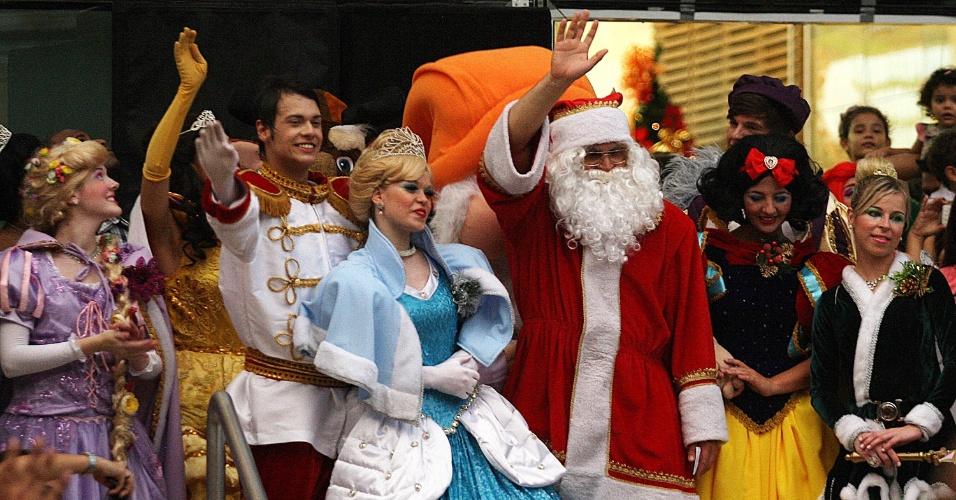 10.nov.2012 - Acompanhado por personagens de contos de fada, o Papai Noel desfila em frente o shopping Pátio Ipiranga, na avenida Ana Costa, em Santos (SP), neste sábado (10)