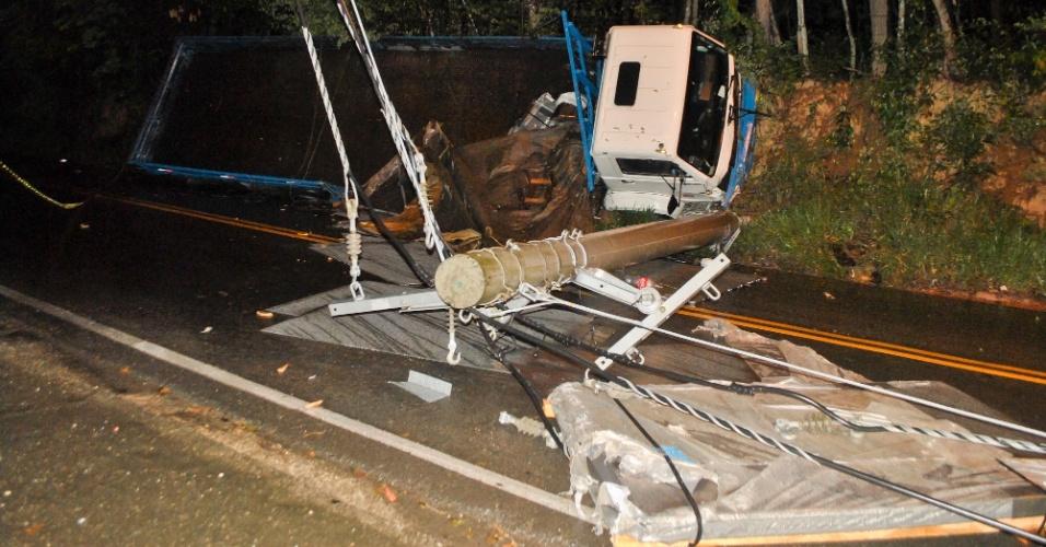 10.nov.2012 - Caminhão capota e derruba poste na avenida Paulicéia, em Caieiras, São Paulo (SP)
