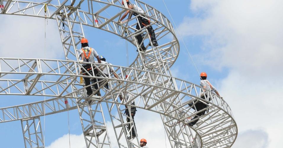 10.nov.2012 - Operários trabalham na montagem da árvore de Natal do parque Ibirapuera, em São Paulo (SP), na tarde deste sábado (10)