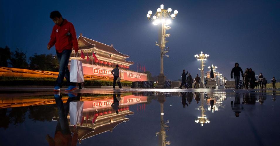 10.nov.2012 - Porta de Tiananmen é refletida em poça d'água após forte chuva em Pequim, na China, neste sábado (10). O atual vice-presidente da China, Xi Jinping, deve ser confirmado como o secretário-geral do Partido Comunista no próximo dia 15, primeiro passo para que ele assuma o governo, em março do ano que vem