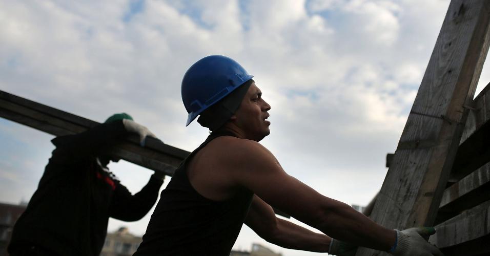 10.nov.2012 - Trabalhadores carregam restos de prédio destruído pelo furacão Sandy no bairro do Queens, em Nova York (Estados Unidos). Doze dias após a passagem do furacão, alguns moradores de Nova York e Nova Jersey continuam sem energia