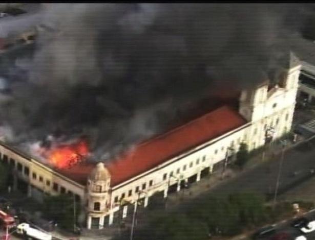 10.nov.2012 - Um incêndio de grandes proporções atinge um estabelecimento comercial na rua São Caetano, na região central de São Paulo