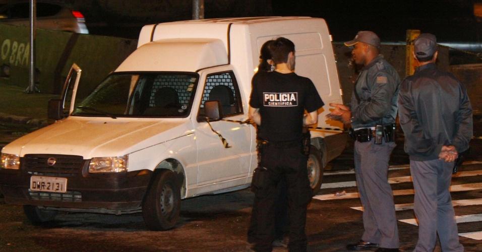 10.nov.2012 - Um policial militar que estava de folga e acompanhado de sua família reagiu a uma tentativa de homicídio e conseguiu balear os dois homens que o atacaram, na Rua Gaia, em São Mateus, em São Paulo (SP)