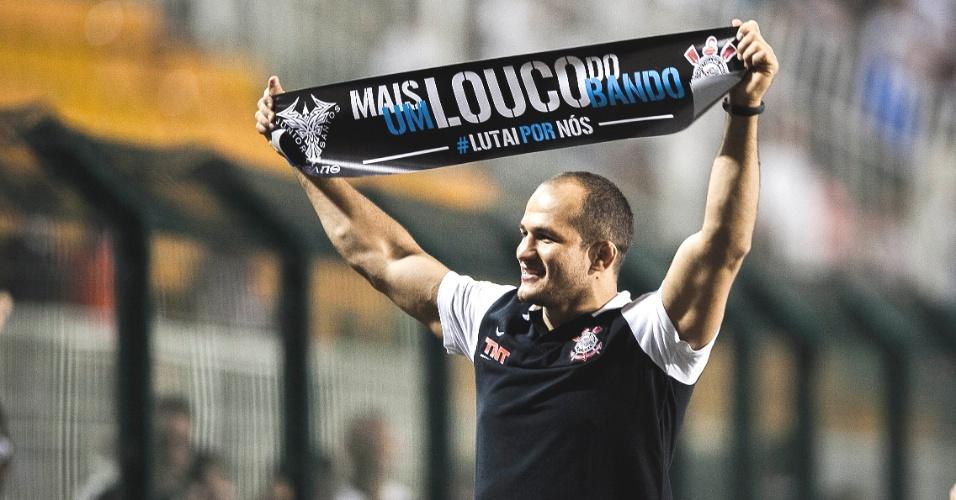 Com camisa e faixa, lutador Júnior Cigano torce pelo Corinthians no Pacaembu