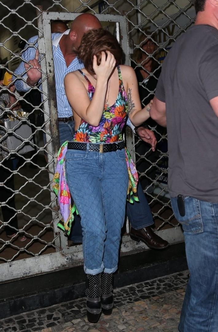 Depois de show no Rio de Janeiro, Lady Gaga muda o visual e é flagrada saindo de uma loja de tatuagem em Copacabana. A cantora, que se apresenta em São Paulo no domingo (11), tentou evitar as fotos (10/11/12)