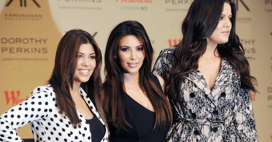 """Kourtney Kardashian, Kim Kardashian and Khloe Kardashian Odom posam para fotos no lançamento de sua nova linha linha de roupas, """"Kardashian Kollection for Dorothy Perkins, em Londres (10/11/12)"""