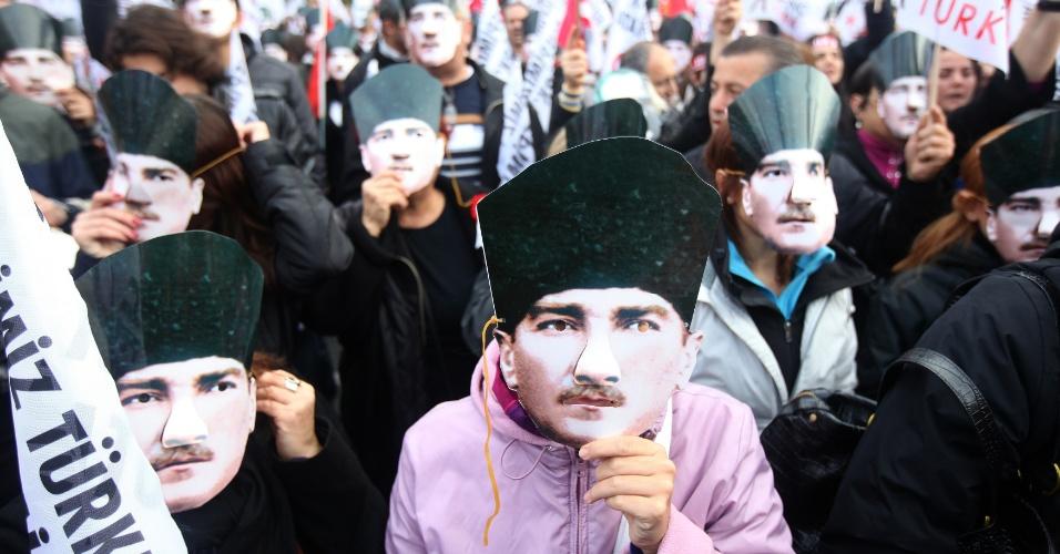 Mulher turca usa máscara do Mustafa Kemal Ataturk durante evento que lembra os 74 anos da morte dele, em Istambul, na Turquia