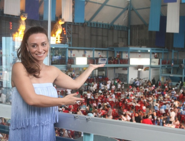 Suzana Pires é posa para fotos na quadra da Vila Isabel (10/11/12)