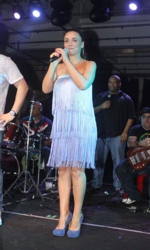 Suzana Pires fala com o público na quadra da Vila Isabel, no Rio (10/11/12)