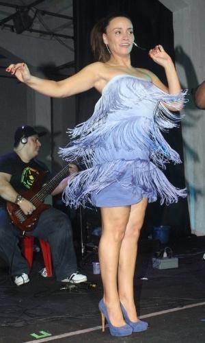 Suzana Pires samba na quadra da Vila Isabel, no Rio (10/11/12)