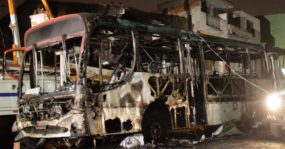 Um ônibus foi incendiado na zona leste da capital paulista