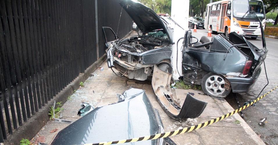 Veículo fica completamente destruído após colisão em poste, em São Paulo