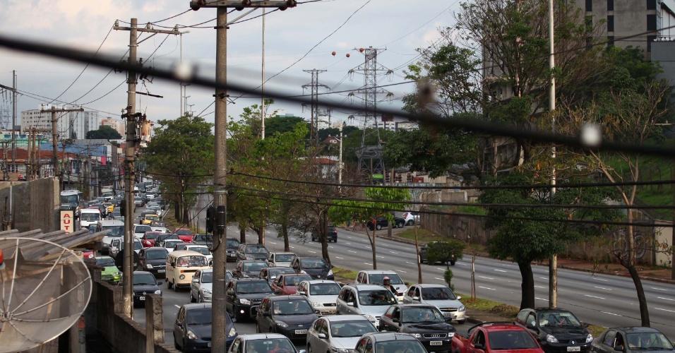 11.nov.2012 - Avião de pequeno porte derrapa na pista do Aeroporto de Congonhas, zona sul de São Paulo, na tarde deste domingo (11). Tentativa de conter início de incêndio na aeronave interditou trecho da avenida dos Bandeirantes, causando trânsito na região